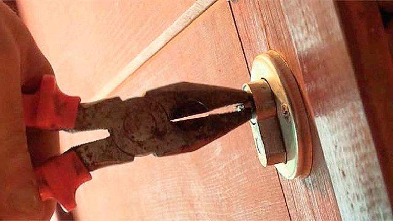 draai het sleutelfragment met een tang om